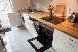 waschmaschine in küche küche mit herd ofen spülmaschine waschmaschine kurz nach spät