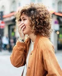 cheveux bouclã s coupe en manque d inspiration pour coiffer vos cheveux frisés voici 15