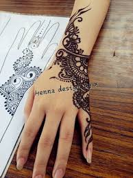 henna that focuses on one side of the henna