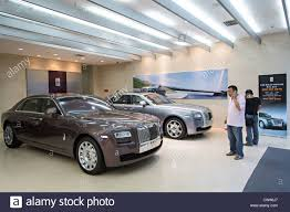 rolls royce dealership a chinese millionaire shops for a rolls royce luxury car in