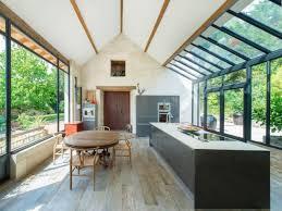 cuisine sous veranda extension maison une véranda imbriquée entre 3 bâtiments existants
