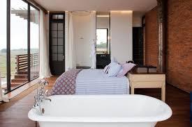 salle de bains dans chambre idée décoration salle de bain chambre à coucher avec baignoire