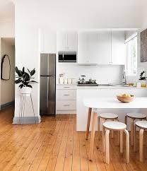 cuisine blanc et noir armoire à îlot classique en bois foncé tuile de dosseret gris et