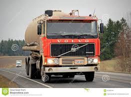 volvo van de rode tankwagen van volvo f12 op de weg redactionele stock