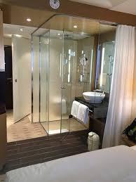 badezimmer vorhang offenes badezimmer mit vorhang vom schlafbereich getrennt