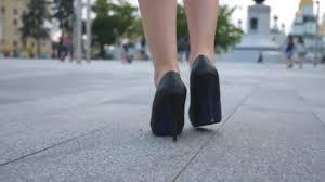 si e des motions folgen sie zum weiblichen beine in high heels schuhe auf städtischen