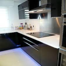 modele de plan de travail cuisine cuisine avec façade noir brillant et plan de travail en quartz blanc