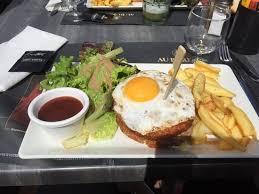 bureau steunk hamburger àvec galettes de pommes de terre et steak haché picture