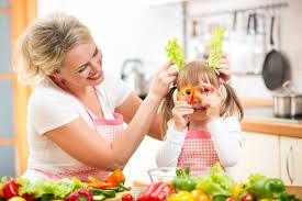 cuisine maman maman et enfant faisant cuire et ayant l amusement dans la cuisine