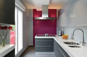 cuisine blanche mur framboise l ergonomie à l honneur cuisines et bains