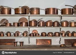 ustensiles de cuisine en cuivre vieux ustensiles cuisine vieux ustensiles cuisine cuivre répartis