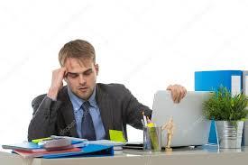 recherche ordinateur de bureau homme d affaires surmené inquiets assis au bureau d ordinateur
