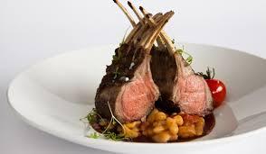 cuisiner un carré d agneau recette du carré d agneau par le chef cuisinier du tandem