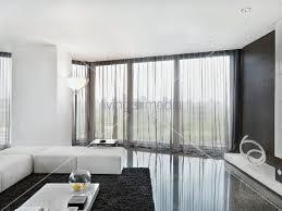 wohnzimmer vorhang elegante weisse sitzpolster auf poliertem steinboden in