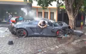 lamborghini driver hangs out of his car texting after fatal crash