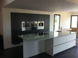 cuisine blanche et noir plan de travail cuisine blanc laque