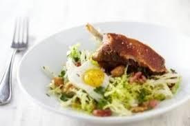 cuisiner cuisse de canard confite recette de cuisse de canard confite salade paysanne et oeuf de