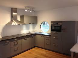 cuisine bordeaux mat cuisine haut de gamme au mobilier laqué mat coloris gris satin très