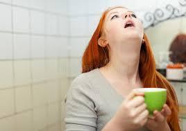 spiegellen badezimmer rothaariger jugendlicher der kehle im badezimmer gurgelt
