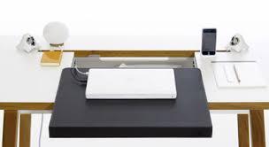 sous mains de bureau le bureau electro ergonomique studiodesk de bluelounge acajou