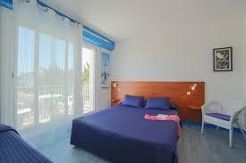 hotel chambre avec bretagne chambre côté jardin avec terrasse et mobilier chambres d