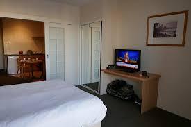 chambre avec placard chambre avec penderie placard tv picture of all suites perth