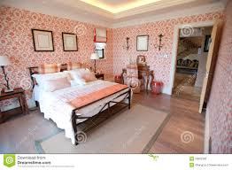 fleurs dans une chambre chambre à coucher avec le papier peint de fleur photo stock