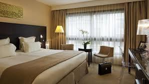 chambre carlton cannes lit king size dans la chambre supérieure avec vue sur la ville de l