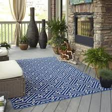 indoor outdoor intertwined blue rug 5 u00273 x 7 u00276 overstock com