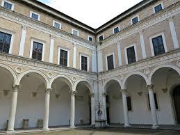 il cortile re file cortile di palazzo ducale di urbino realizzato da luciano