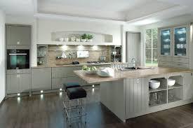 küche landhaus inselküche casa im landhausstil senkrecht geplankt in grau