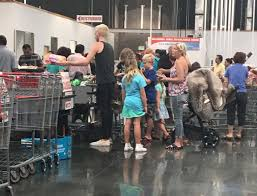 tori spelling money problems actress shops with coupons