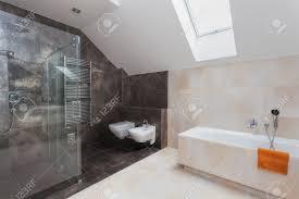 Badezimmer Badewanne Dusche Badezimmer Mit Glas Dusche Wc Bidet Und Badewanne Lizenzfreie