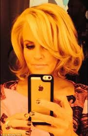 jenny mccarthy view dark hair jenny mccarthy ditches her extensions to unveil tousled blonde bob