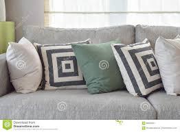 Wohnzimmer Retro Retro Kissen Auf Gemütlichem Grauem Sofa Im Wohnzimmer Stockbild