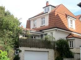 stilvolle stadtvilla mit moderner garage und terrasse