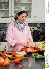 femme en cuisine nourriture traditionnelle de cuisine moderne photo stock image