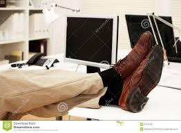 le de bureau sur pied pieds de repos paresseux d employé de bureau sur le bureau image