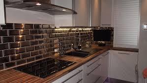 poser credence cuisine carrelage cuisine noir brillant comment poser un plan de travail 13