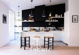 cuisine mur noir cuisine et blanche hotte discrète qui se fond sur le mur noir
