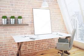 chambre en bois blanc blanc blanc affiche sur une table en bois blanche en chambre loft