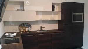meuble haut cuisine bois cuisine en bois foncé avec meuble haut coulissants
