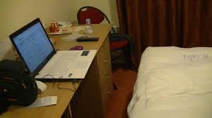 au bureau antony le lit est aussi la chaise du bureau oh zut alors j ai mal au dos