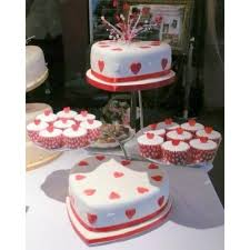 heart shaped wedding cakes heart shaped and white wedding cake with cupcake sides