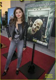 halloween horror nights 2015 times goosebumps u0027 dylan minnette u0026 jem u0027s stefanie scott scare up