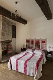 idee deco mezzanine lit en poutre mur en pierre apparente mobilier en bois et plafond