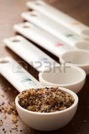 objet de cuisine cuillères à mesurer de différentes tailles sur les outils de cuisine
