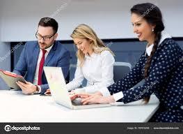 travaux de bureau groupe partenaires commerciaux discuter des idées planification des