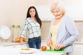 mamie cuisine légumes de coupe de mamie dans la cuisine photo stock image du