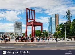 siege des nations unis place des nations unies avec des touristes à la chaise brisée et le